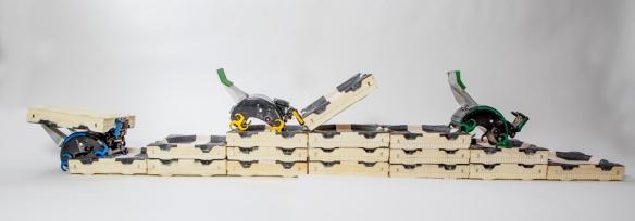 TERMES-robotene kan bære klosser og bygge trapper. Siden klatrer de opp trappene og bygger videre.