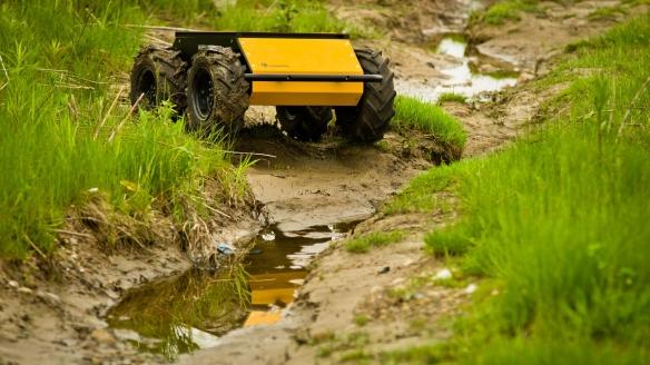 Husky-roboten kommer seg fram overalt. Det kommer godt med hvis den skal leite etter landminer. Foto: Clearpath Robotics