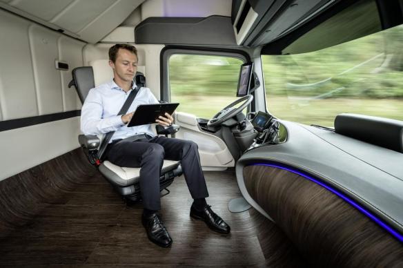 I det komfortable styrehuset til Future Truck kan sjåføren slappe av med en runde Candy Crush mens lastebilen styrer seg sjøl. Foto: Daimler